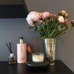 Rosa og blomme farve i smuk kombination med den mørke hylde.